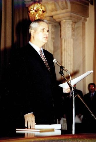 ROMANIA -BUCURESTI-SEDINTA COMUNA A CELOR DOUA CAMERE ALE PARLAMENTULUI PENTRU INVESTIREA NOULUI GUVERN.CONFERINTA DE PRESA SUSTINUTA DE PRIMUL MINISTRU DOMNUL ADRIAN NASTASE.28.12.2000.